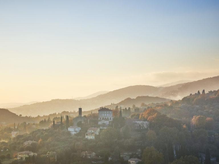 Der kleine französische Ort Opio in der winterlichen Abendsonne.